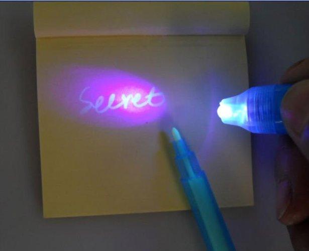 טוש / עט סתרים הכותב בדיו בלתי נראה, בעל פנס אולטרה סגול מובנה איתו ניתן לגלות את הכתוב ב19 ש