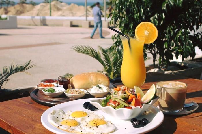 מסעדת אדמ'ס מזמינים אתכם לארוחת בוקר זוגית מול נוף מרהיב של חופי הים התיכון ב79 ש