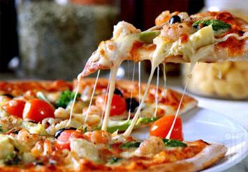 בצק פריך, רוטב אדום לוהט וגבינה איכותית נמתחת יוצרים פיצה שת...