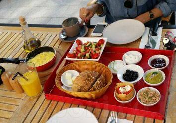 ארוחת בוקר טעימה מלאה בפינוקים הכוללת: ביצים לבחירה + פלטת מ...