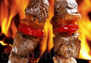 ארוחת בשרים מפנקת: 2 שיפודים + מבחר סלטים + לאפות וחומוס + צ...
