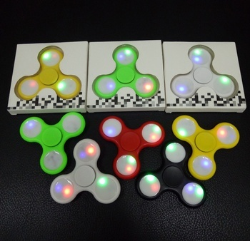 המשחק שמסובב את העולם! ספינר עם אורות לד אוטומטיים צבעוניים ...