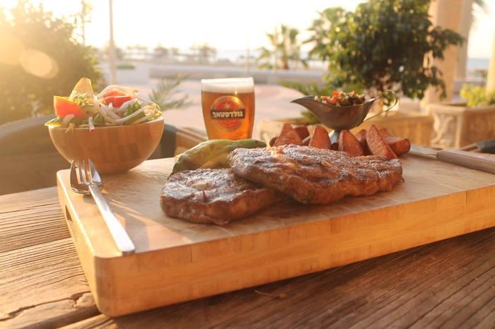 מסעדת אדמ'ס שמול הנוף המרהיב של חופי הים התיכון בשובר פתוח ב...