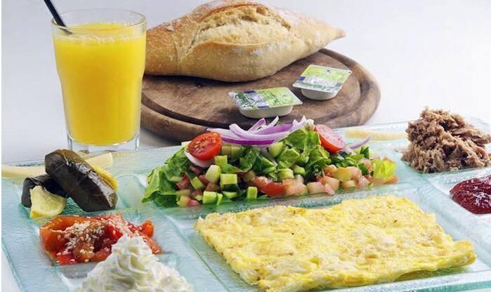 ארוחת בוקר זוגית כשרה עם נוף מושלם על חוף בת ים במסעדת קאזה ...