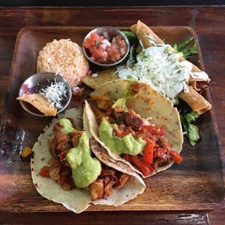 ארוחה מקסיקנית בשוק הכרמל עם טאקו, ...